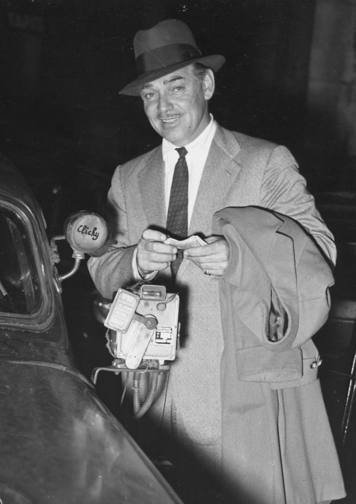 Clark Gable paying his cab drive in Paris 1952 Clark Gable paying his cab drive in Paris 1952 КРЕДИТ